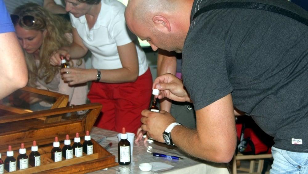 Assistenza di un gruppo di visitatori alla preparazione di un profumo presso la nostra azienda