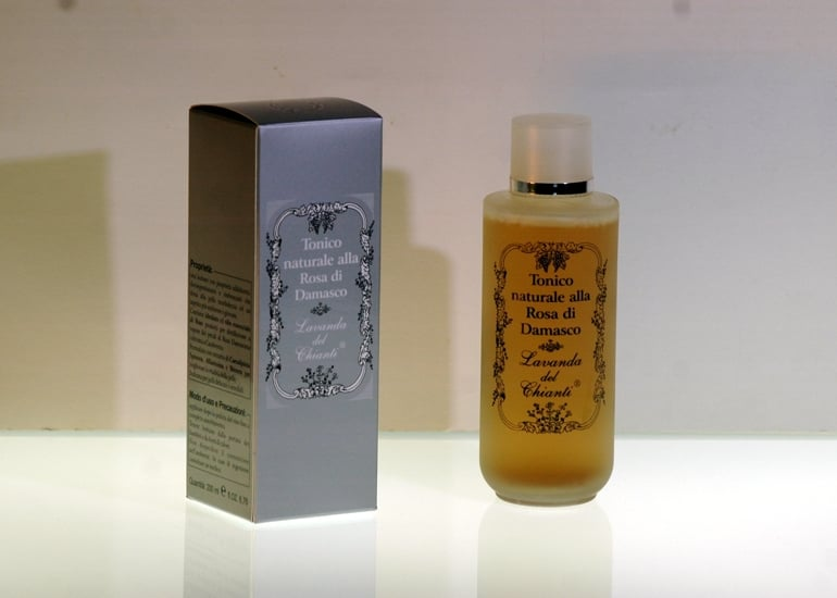 Emollient and nourishing tonic solution for dry skin with damask rose