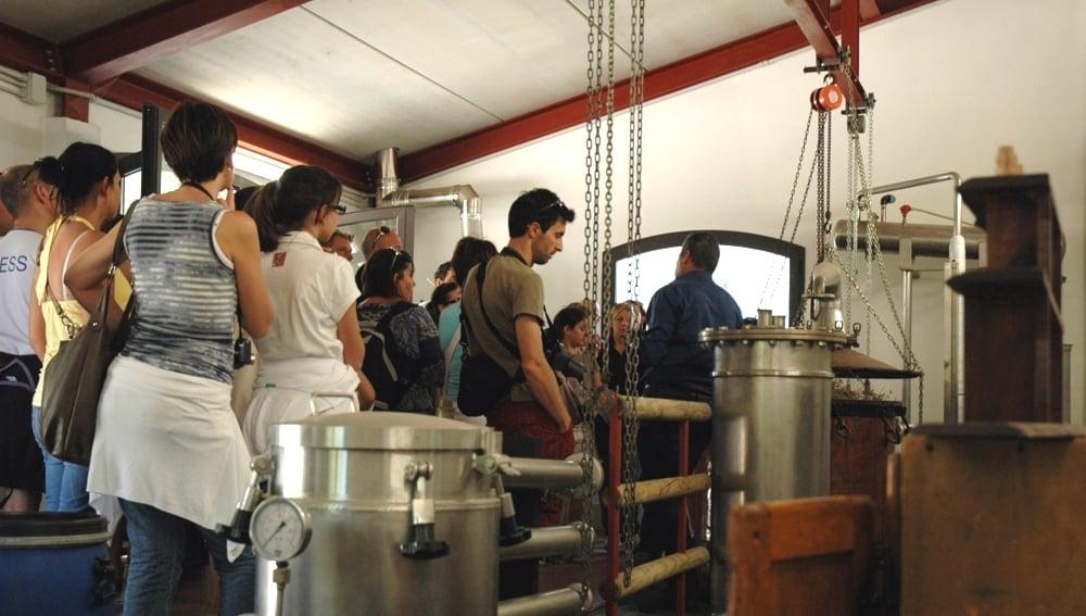 Scopri con le visite guidate in azienda la pratica della distillazione antica e moderna